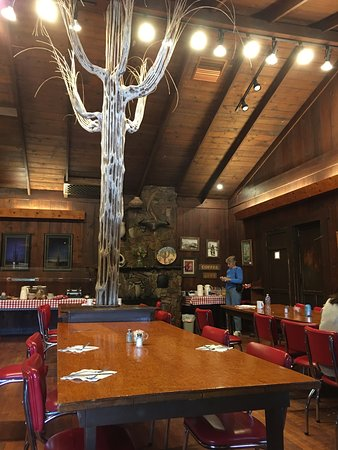 Saguaro Lake Guest Ranch: Good - down-home cooking in the cozy setting of this fabulous old historic dining room.