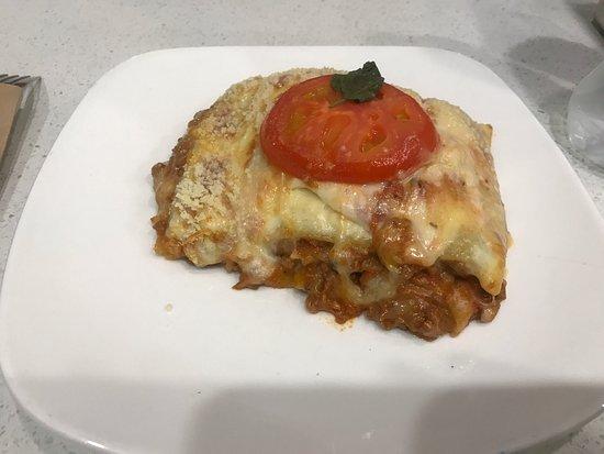 Tullamarine, Australia: Chicken schnitzel sandwich and beef lasagne