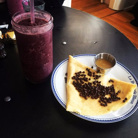 Northborough, Массачусетс: Blueberry mint smoothie with a salted whiskey caramel and chocolate chip crepe.