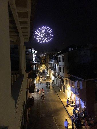 Los Balcones de Badillo Hotel : Dentro da cidade amuralhada.   Rua central de comércio farto,  bastante movimentada!