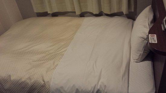 Isahaya, Giappone: ベッドも標準サイズで手狭差は感じません