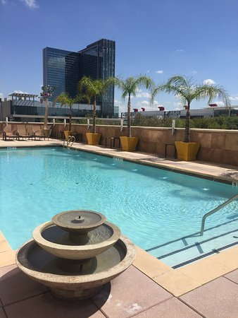 Embassy Suites by Hilton Houston Downtown: Rooftop pool on 3rd floor with hot tub and moving sculpture overlooking Discovery Green and Geor