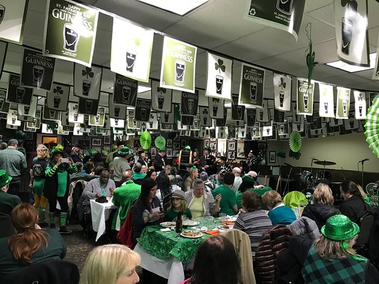 เอเวอเรตต์, วอชิงตัน: Festivities on St. Patrick's Day downstairs.