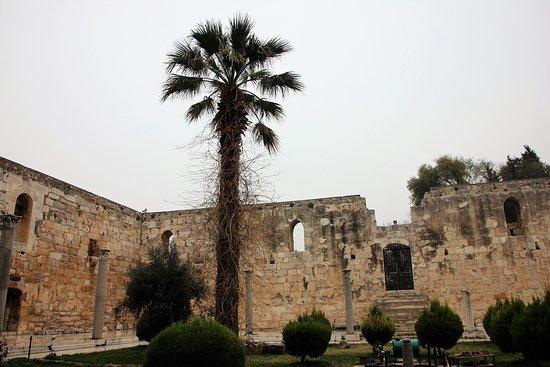 Isa Bey Mosque: Innenhof