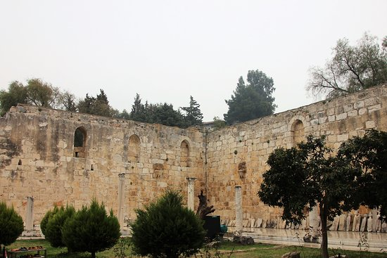 Isa Bey Mosque: Innenhof - leider nicht restauriert