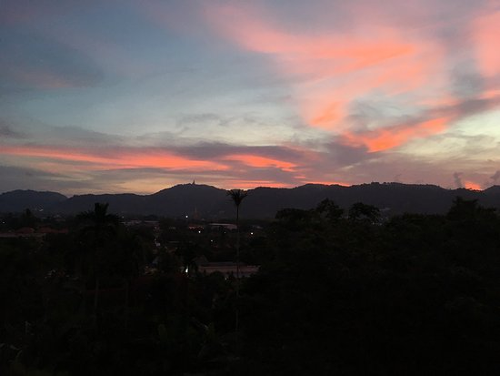 Anchan Boutique Hotel: View from the room towards the big Buddha during sunset