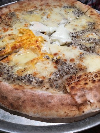 """Crows Nest, Australien: """"Truffle"""" Pizza---- a little more fragrance required!"""