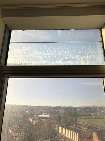 Hotel Castillo de Ayud: Vistas impresentables, la limpieza de las ventanas es inexistente y la rehabilitación se paraliz