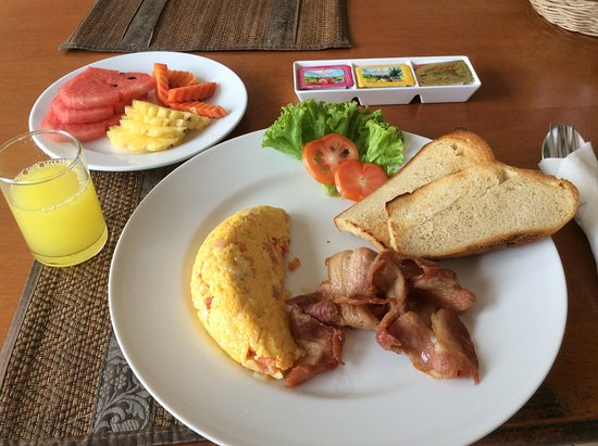 Manohra Cozy Restaurant : Omelet with bacon and toast with fruit