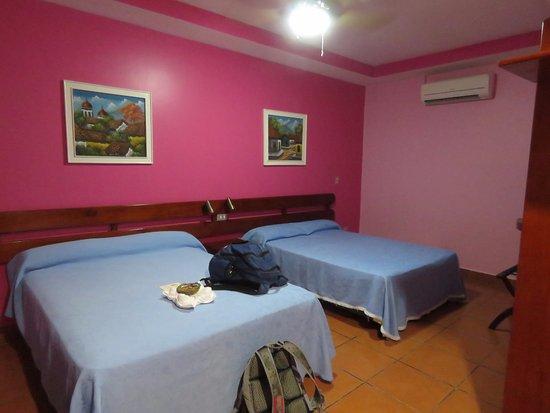 Hotel Los Arcos: a dark room