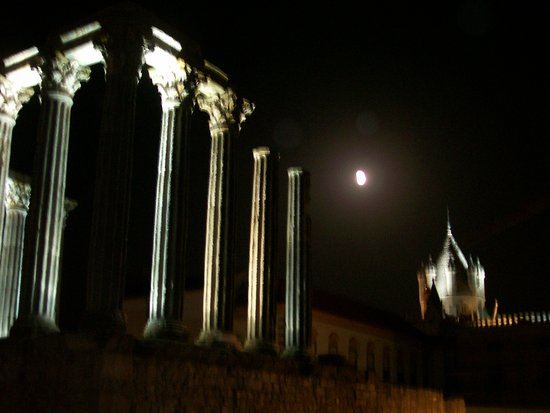 Templo Romano de Evora (Templo de Diana): Veduta notturna del Tempio di Diana