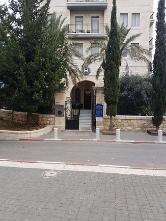 Bay Club Haifa Hotel - an Atlas Boutique Hotel: Front entrance with no place to stop and lots of steps