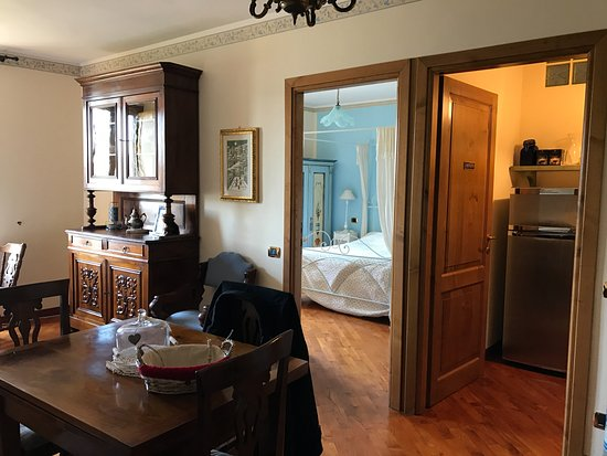 B&B Ripa Medici Rooms with a View: VIEW OF KITCHEN & BEDROOM ENTRANCES FROM FRONT DOOR
