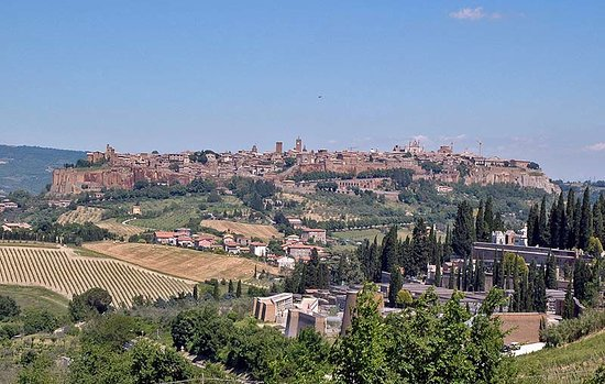 B&B Ripa Medici Rooms with a View: ORVIETO FROM A FAR