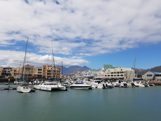 Gordon's Bay, Sudáfrica: Marina with hotel in the background