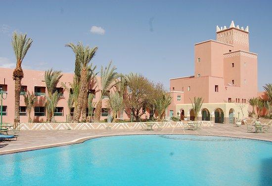 Hotel Saghro: Pool, Zimmertrakt und Turm