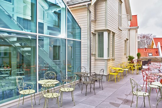 Grand Hotel Egersund: Grand terrace; read your newspaper and enjoy a cup of coffee. Perfect for lunch as well.