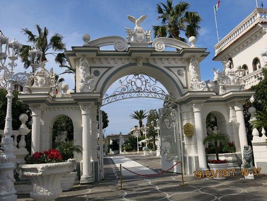 Grand Hotel La Sonrisa: Main entrance