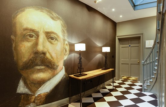 Malvern Wells, UK: Wall mural to musician, Elgar who lived in the area and played at The Cottage in the Wood