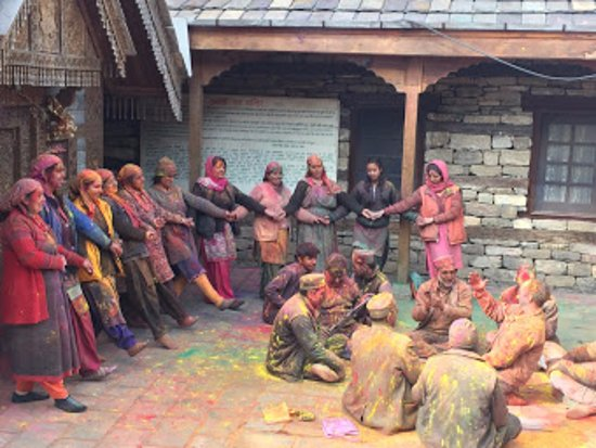 Naggar Castle : Himachali folk dance