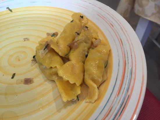 Sarnano, İtalya: L'interno, tagliere di formaggi caldo e freddo,caramelle,le frittura mista con frutta secca e bo