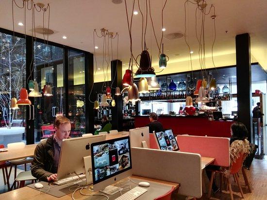 سيتيزين إم لندن بانكسايد: Computer area and a view of the bar