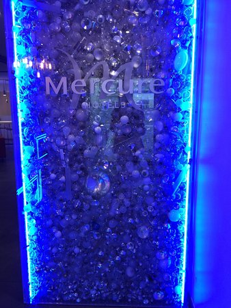 Hotel Mercure Paris Malakoff Parc des Expositions: Lots of light bulbs.