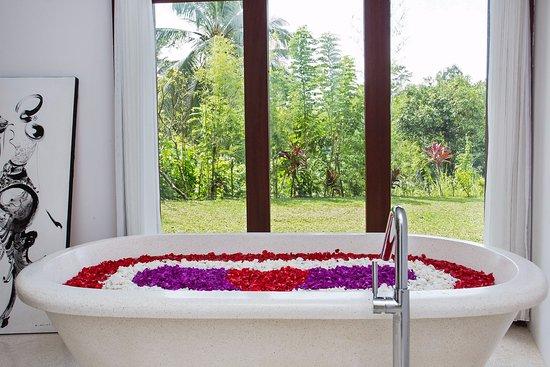 Amori Villas: Spa - couples treatment room