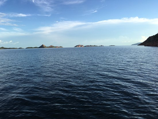Kununurra, Australia: A view from the boat which gives you an idea of the size of Lake Argyle.