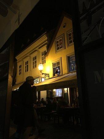 Tkalčićeva: 二階で歌手が歌っていたりする通り