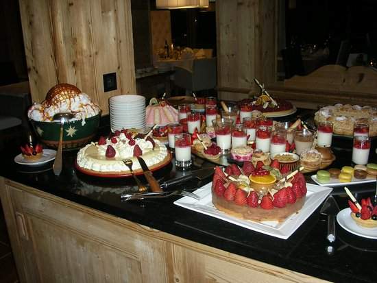 Chalet-Hotel Alpina: A new dessert buffet each evening.