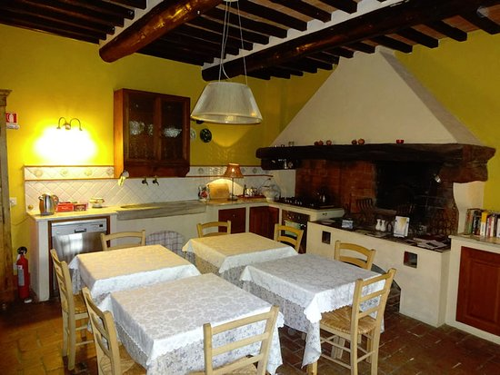 Calci, Italia: The breakfast room, with original sink and fireplace hood