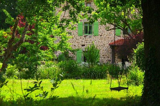 La Couade : Jardin avec balançoire