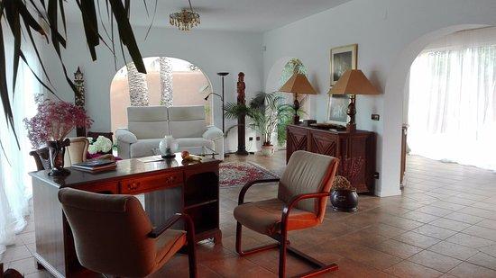 El Albir, Spain: Seating area.