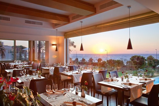 Amathus Elite Suites: Dinnertime at Varkarola Restaurant