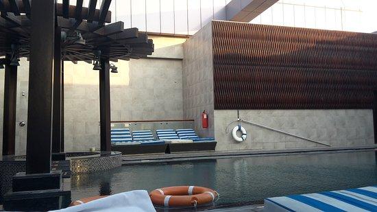 Raintree Hotel, Deira City Centre: Area piscina mal tenuta, decisamente da ristrutturare. (Zona quasi sempre in ombra)