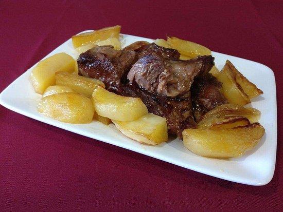 Cinfaes, Πορτογαλία: Duas das especialidades da casa. Bacalhau com broa e vitela assada em forno a lenha. 👌