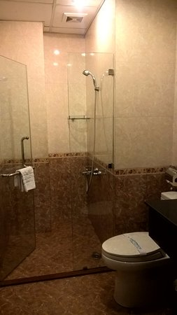 Beautiful Saigon 3 Hotel: Bathroom of room #403
