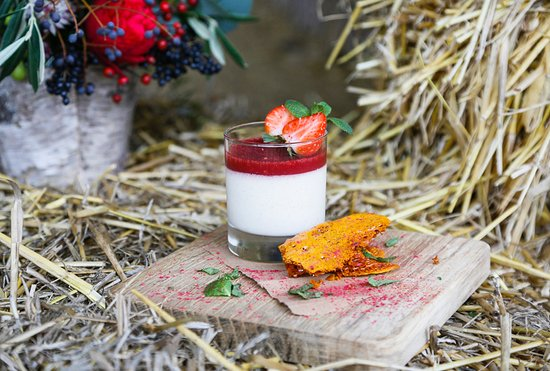 Henley-on-Thames, UK: Our Vanilla Panna Cotta, Strawberry Jelly & Honeycomb