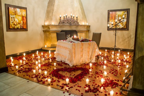 Disfrute de una cena romántica junto a su pareja en Restaurante Las Velas
