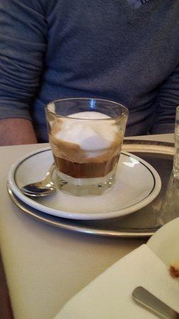 Barcomi's coffeeroastery: un cortado
