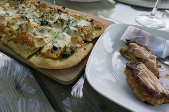 "Hope Town, Elbow Cay: Chicken, spinach, pesto, artichoke flatbread and Conch ""flitters"""