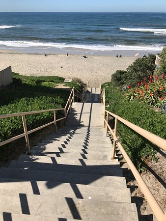 Carlsbad Inn Beach Resort: Stairs to nearby beach.