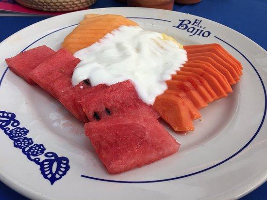 El Bajio Refoma: Fruit plate and basket of rolls