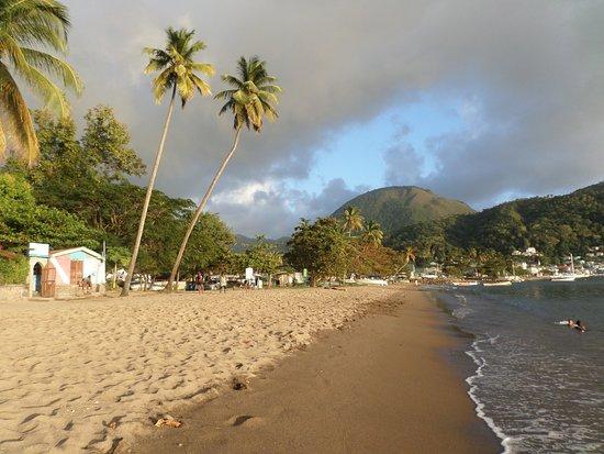 Hummingbird Beach Resort: Neighborhood beach on Soufriere Bay
