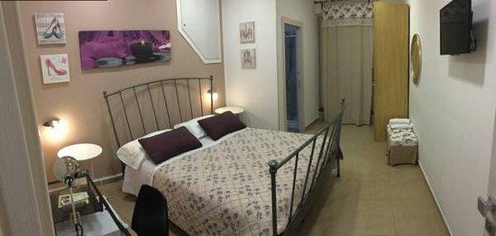 Panoramica camera Tromba con letto in ferro battuto e ...