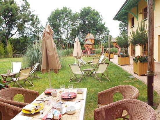 Dolancourt, Frankrike: Extérieur , coté restaurant et air de jeux pour enfant