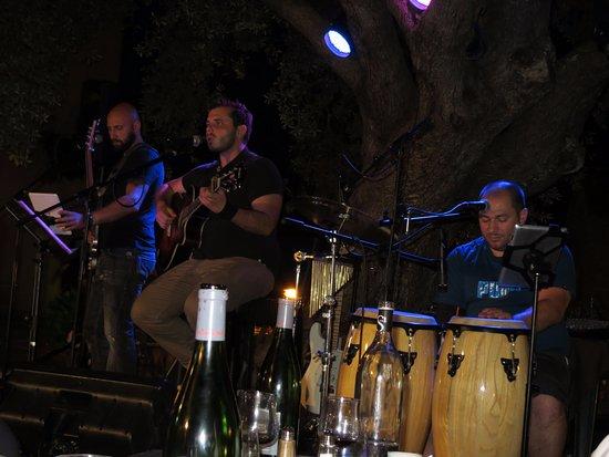 Serra-di-Ferro, Francja: cantanti locali alla serata tipica corsa