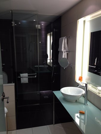 andel's by Vienna House Berlin: Banheiro amplo e todo envidraçado (piso aquecido)