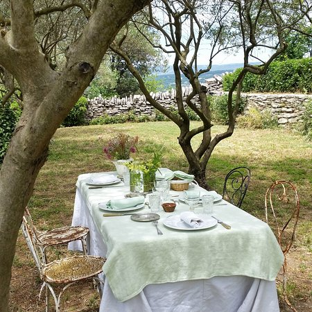 Гулт, Франция: We eat under the trees